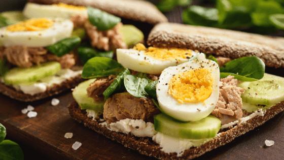 ăn trứng luộc và dưa leo giảm cân
